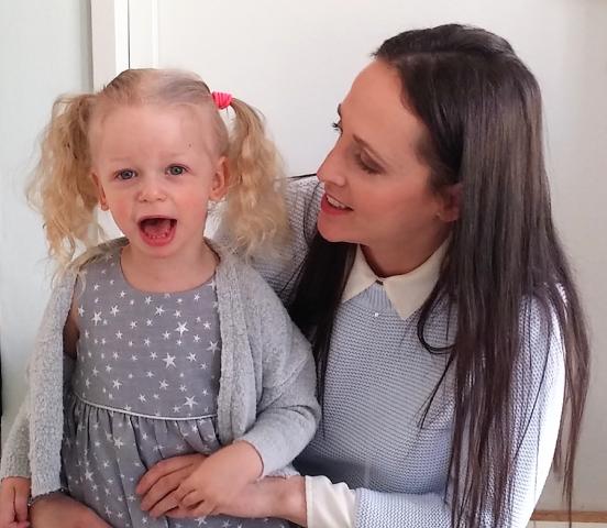 Bild på Chloe och hennes mamma som skrivit berättelsen om vårdens stängda dörrar