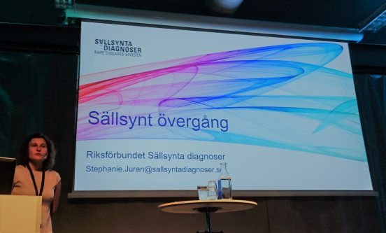 Bild, Sällsynta diagnosers medarbetare Stephanie Juran presenterar vårt Övergångsprojekt på en habiliteringskonferens, september 2018