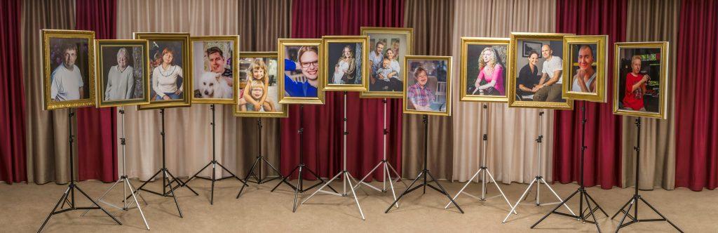 Bild med 13 sällsynta tavlor på stativ