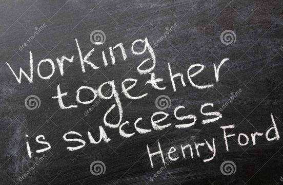 """Svart, gammaldags skoltavla med ett citat av bilmagnaten Henry Ford, skrivet med vit krita: """"Working together is success""""."""