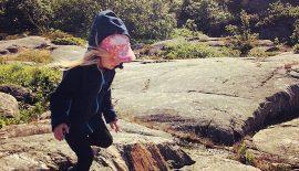 """Bild på Vilya i ett klippigt landskap, till berättelsen """"Ett sällsynt föräldraskap"""", den första i en serie """"föräldraberättelser""""."""