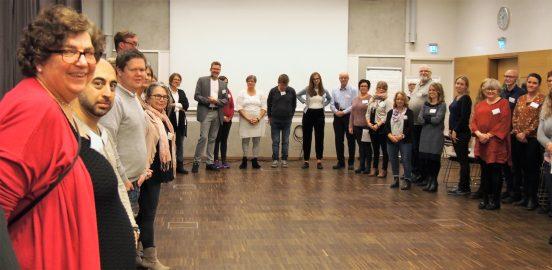 Bild på deltagare vid Sällsynta diagnosers Höstmöte 21-22 oktober 2017. Deltagarna står i en ring i konferenslokalen