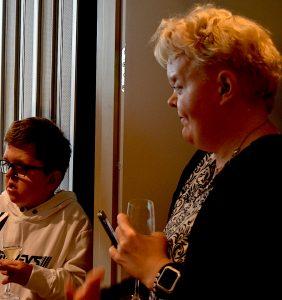 Sällsynta Stories barnambassadör Scott Sjölander, med deltagaren Cecilia Wallenius